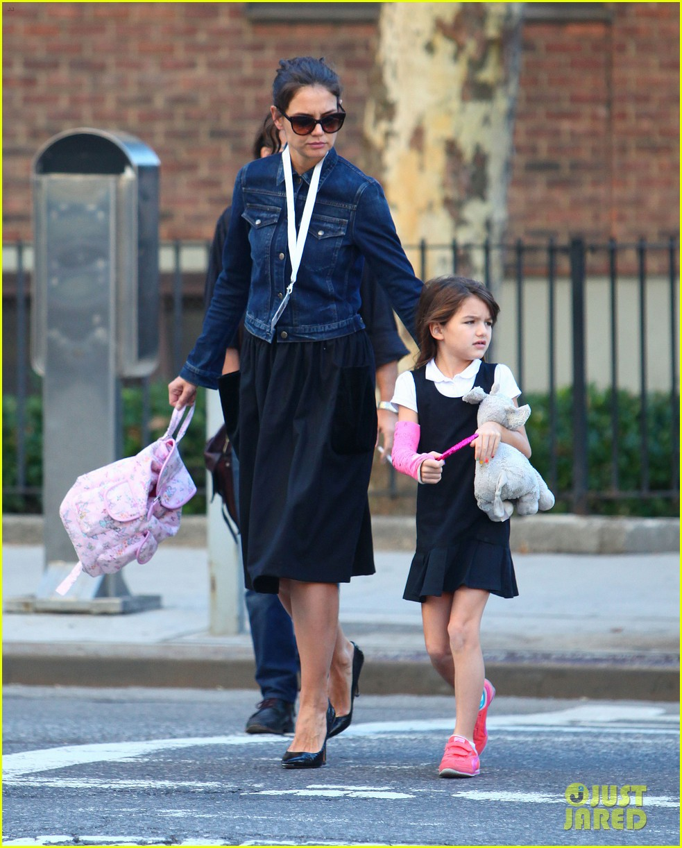 katie holmes morning stroll with suri after trying cronuts 01