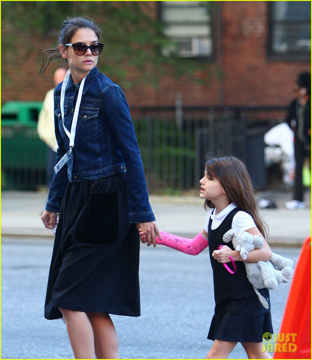 katie holmes morning stroll with suri after trying cronuts 02