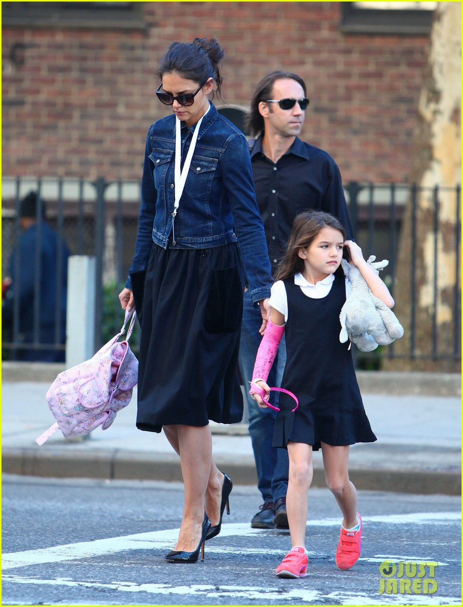 katie holmes morning stroll with suri after trying cronuts 08