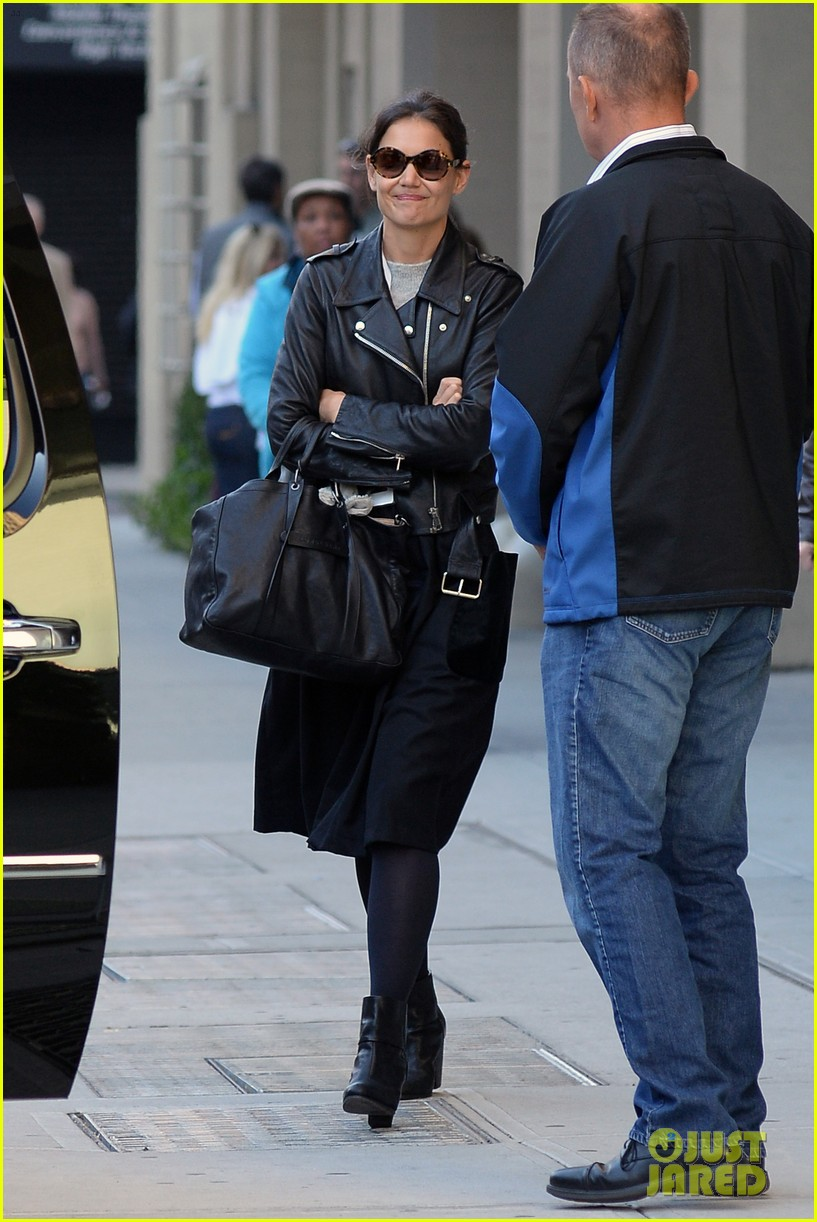 katie holmes heads home afte dropping suri at school 012955540