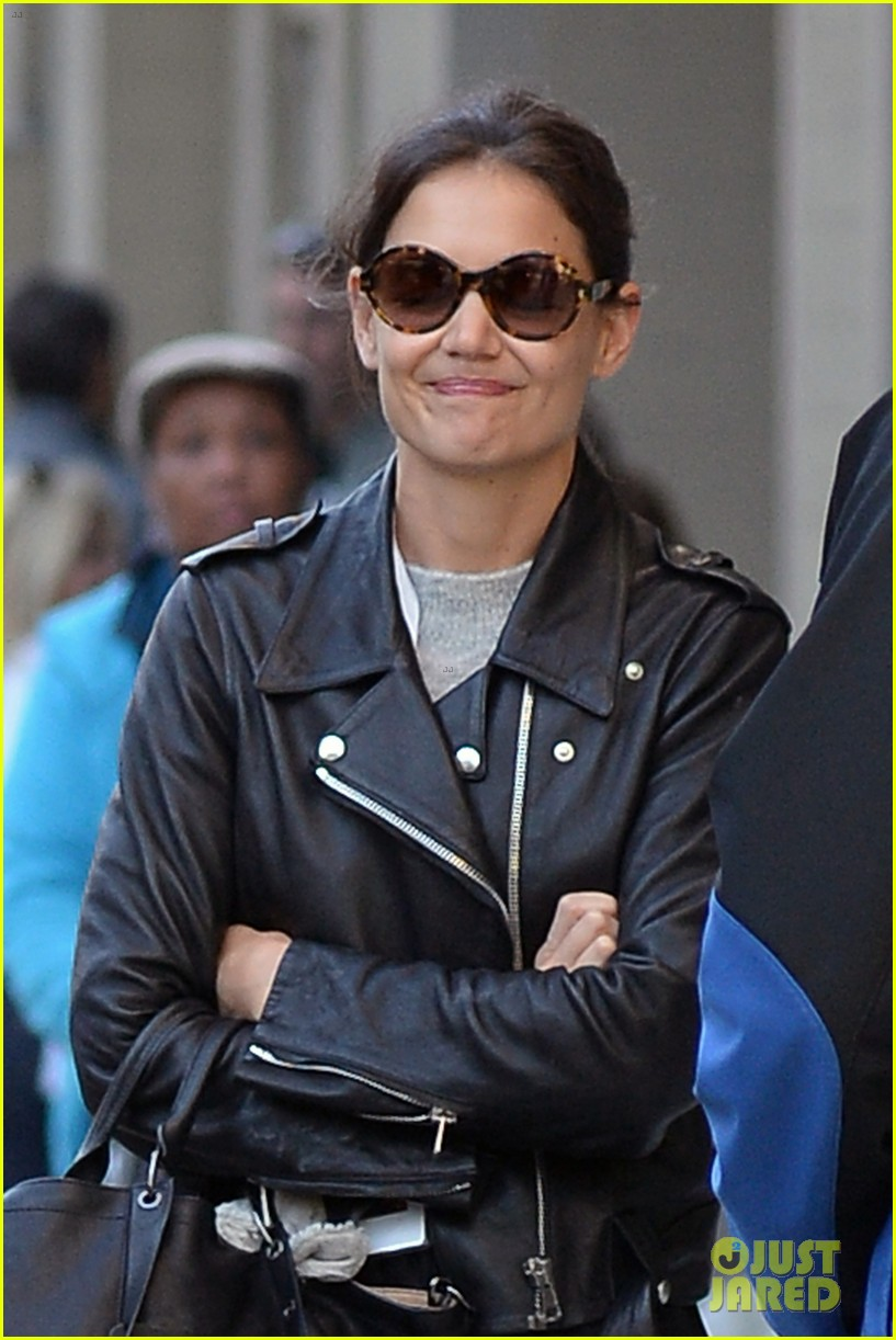 katie holmes heads home afte dropping suri at school 042955543