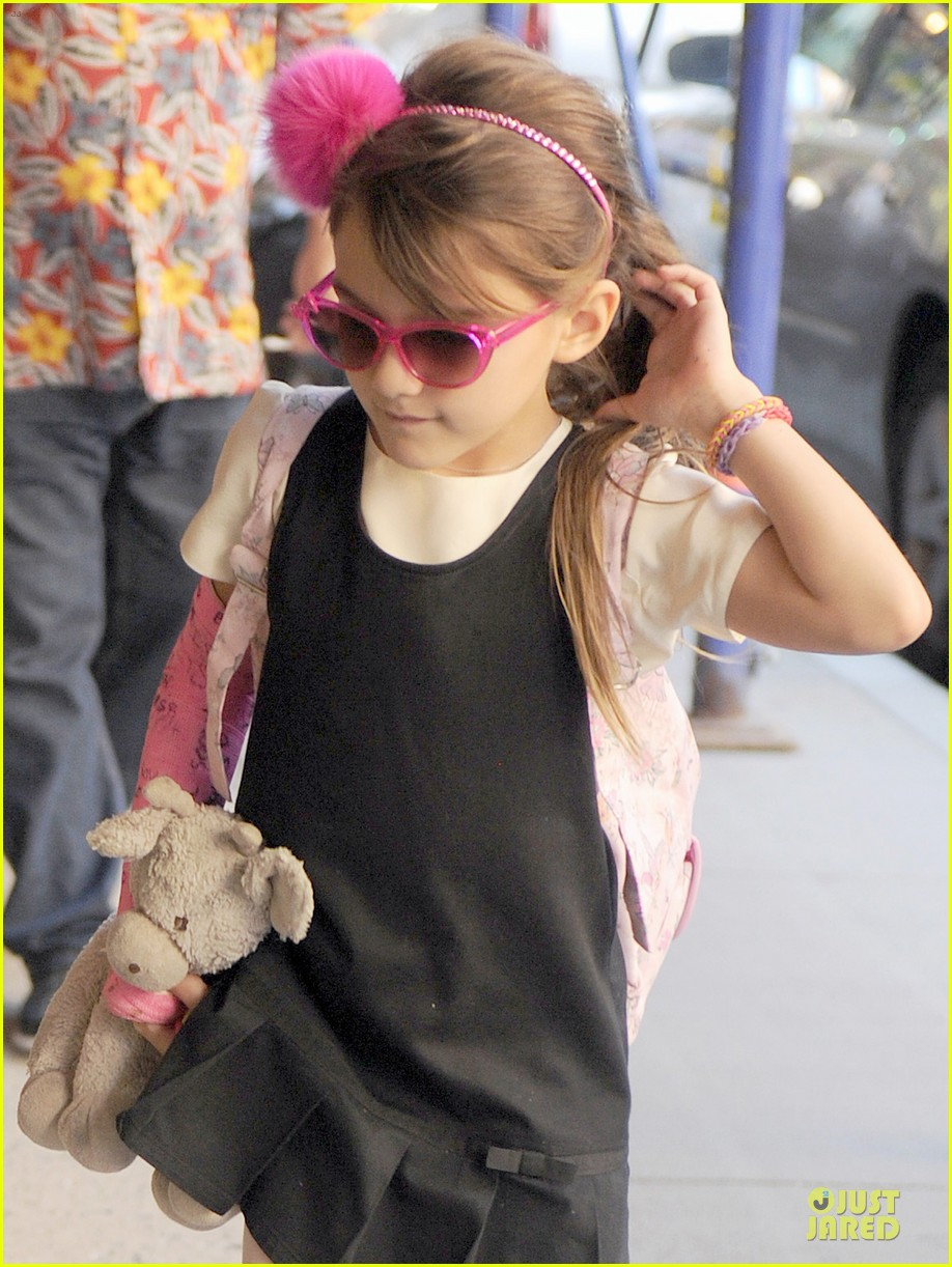 katie holmes suri matches sunglasses with arm cast 042956248