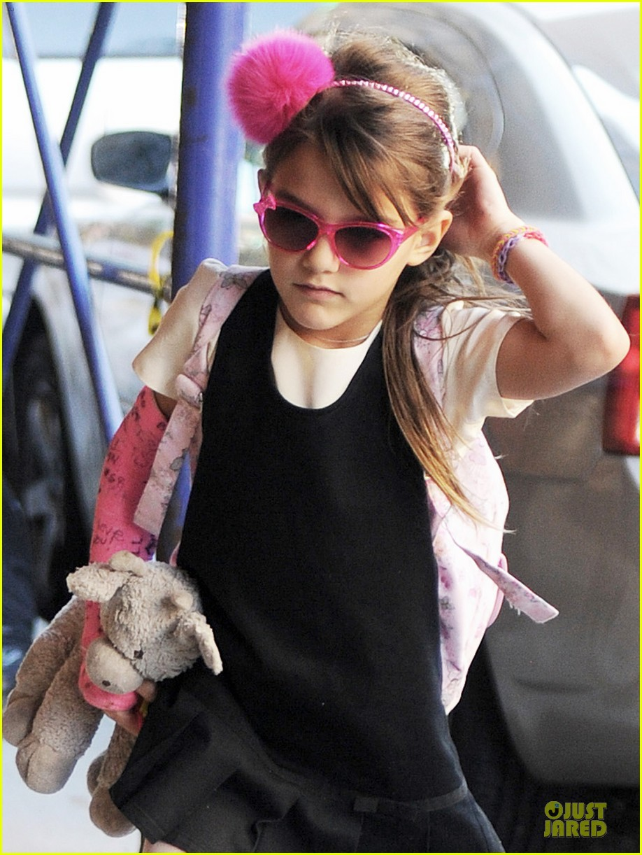 katie holmes suri matches sunglasses with arm cast 07
