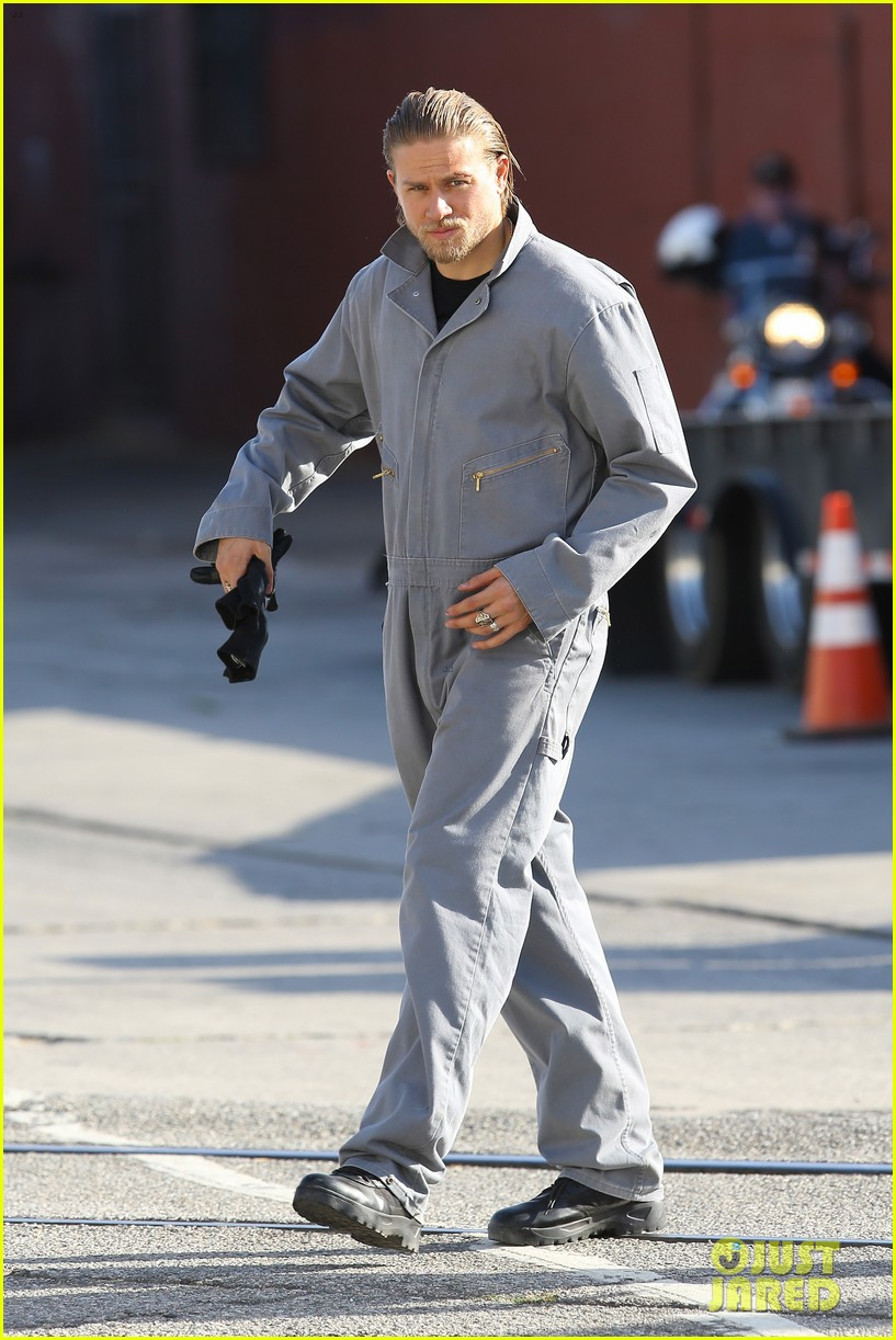 charlie hunnam goes undercover on sons of anarchy set 01