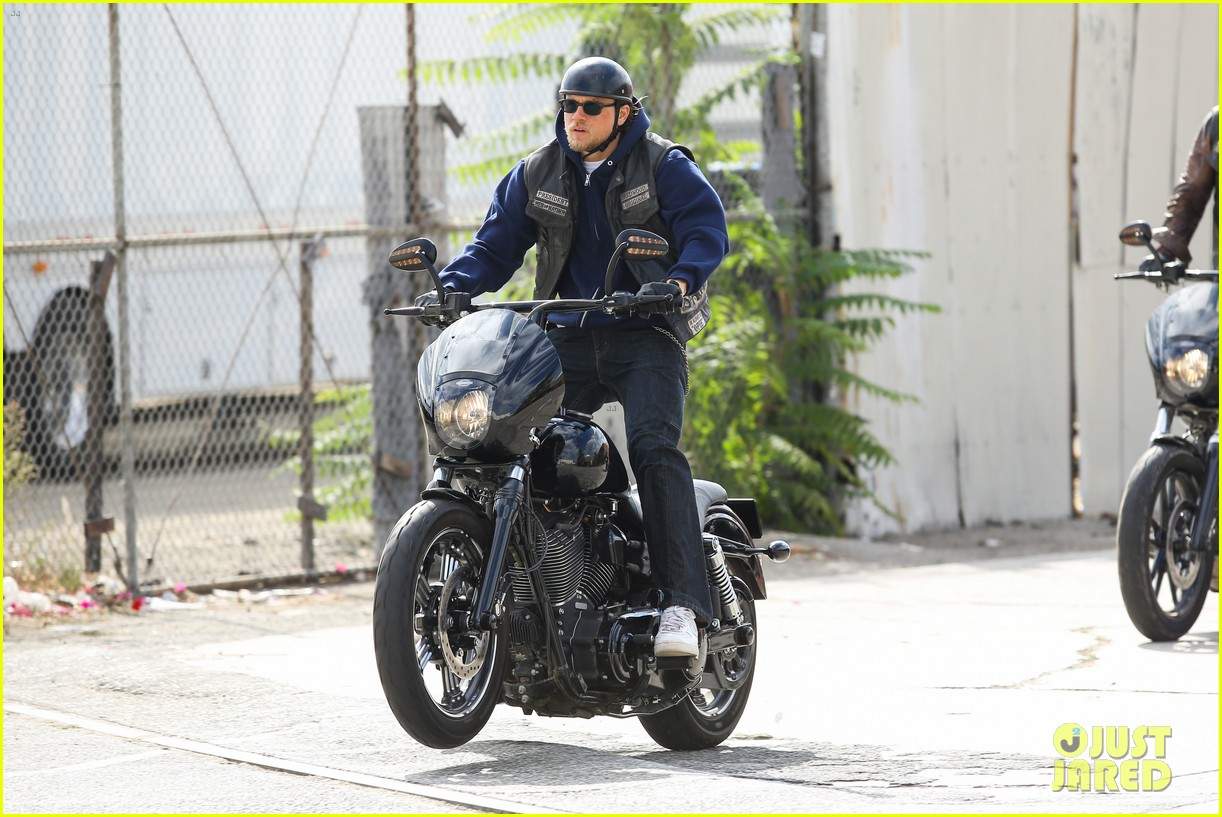 charlie hunnam goes undercover on sons of anarchy set 18