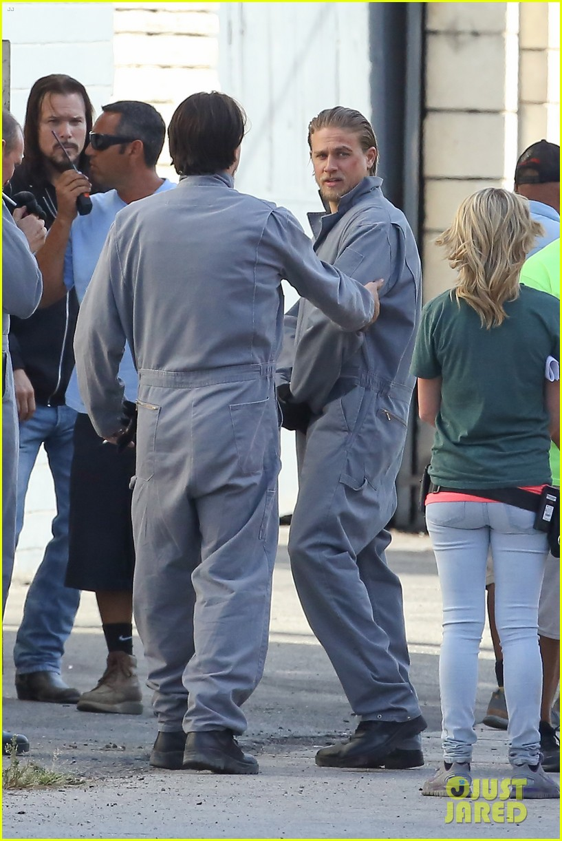 charlie hunnam goes undercover on sons of anarchy set 23