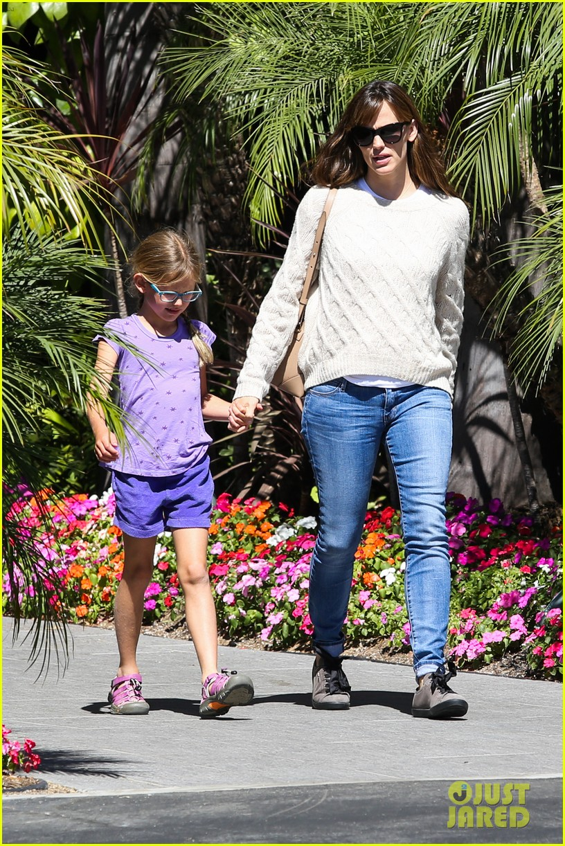 jennifer garner takes violet to her basketball game 07