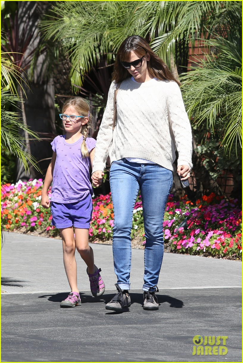 jennifer garner takes violet to her basketball game 09