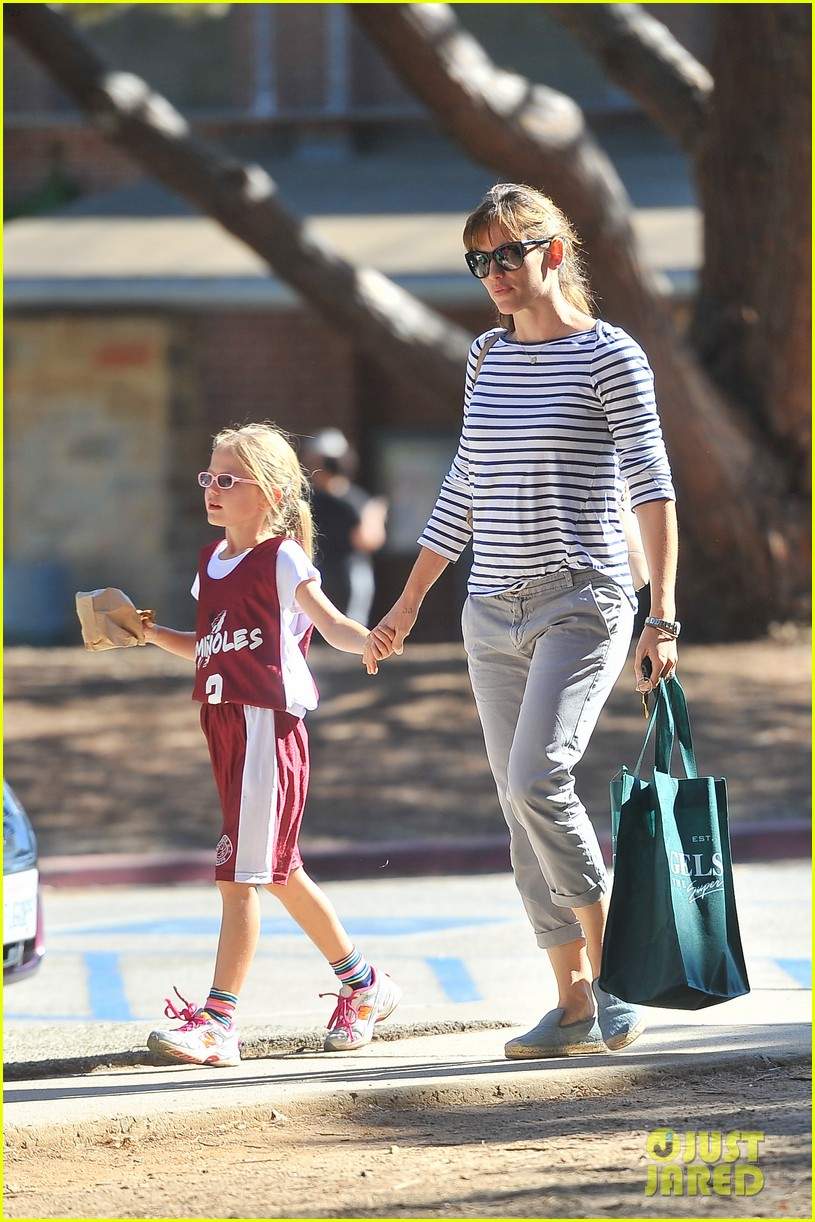 jennifer garner takes violet to her basketball game 17