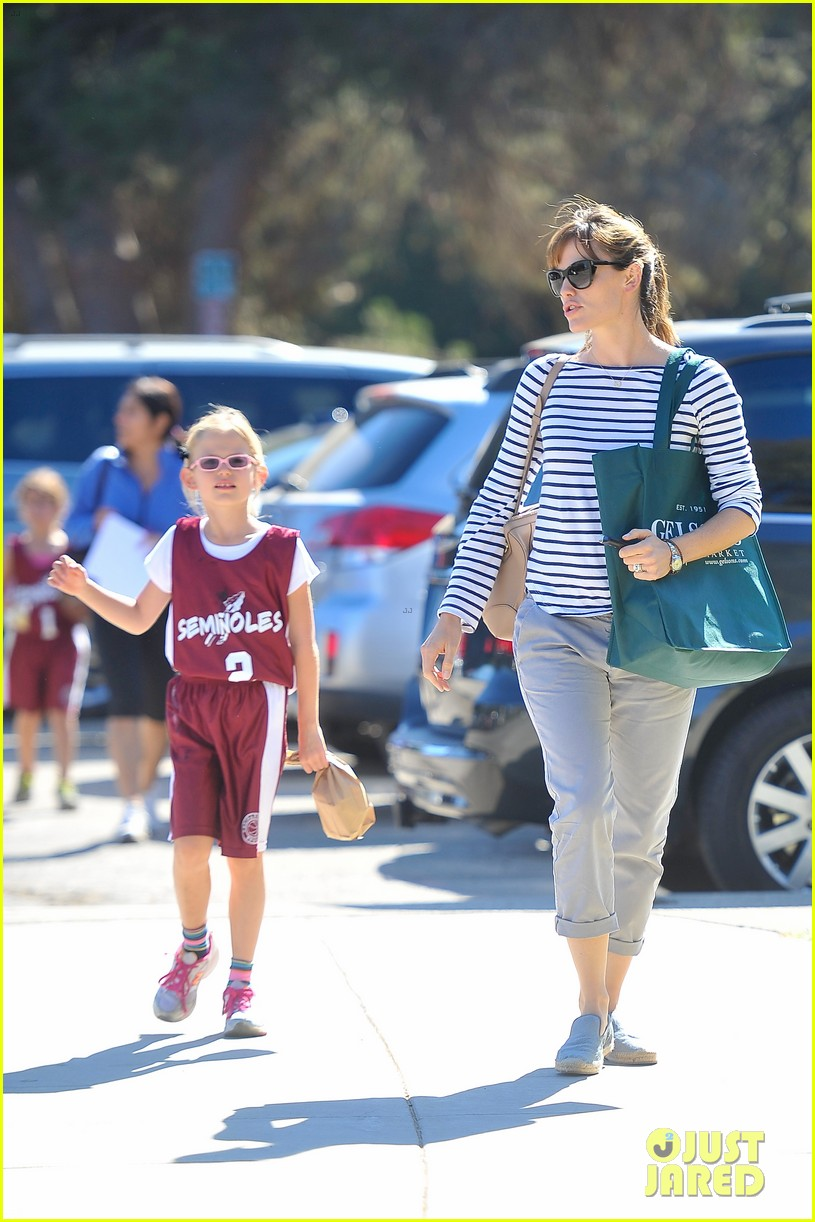 jennifer garner takes violet to her basketball game 25