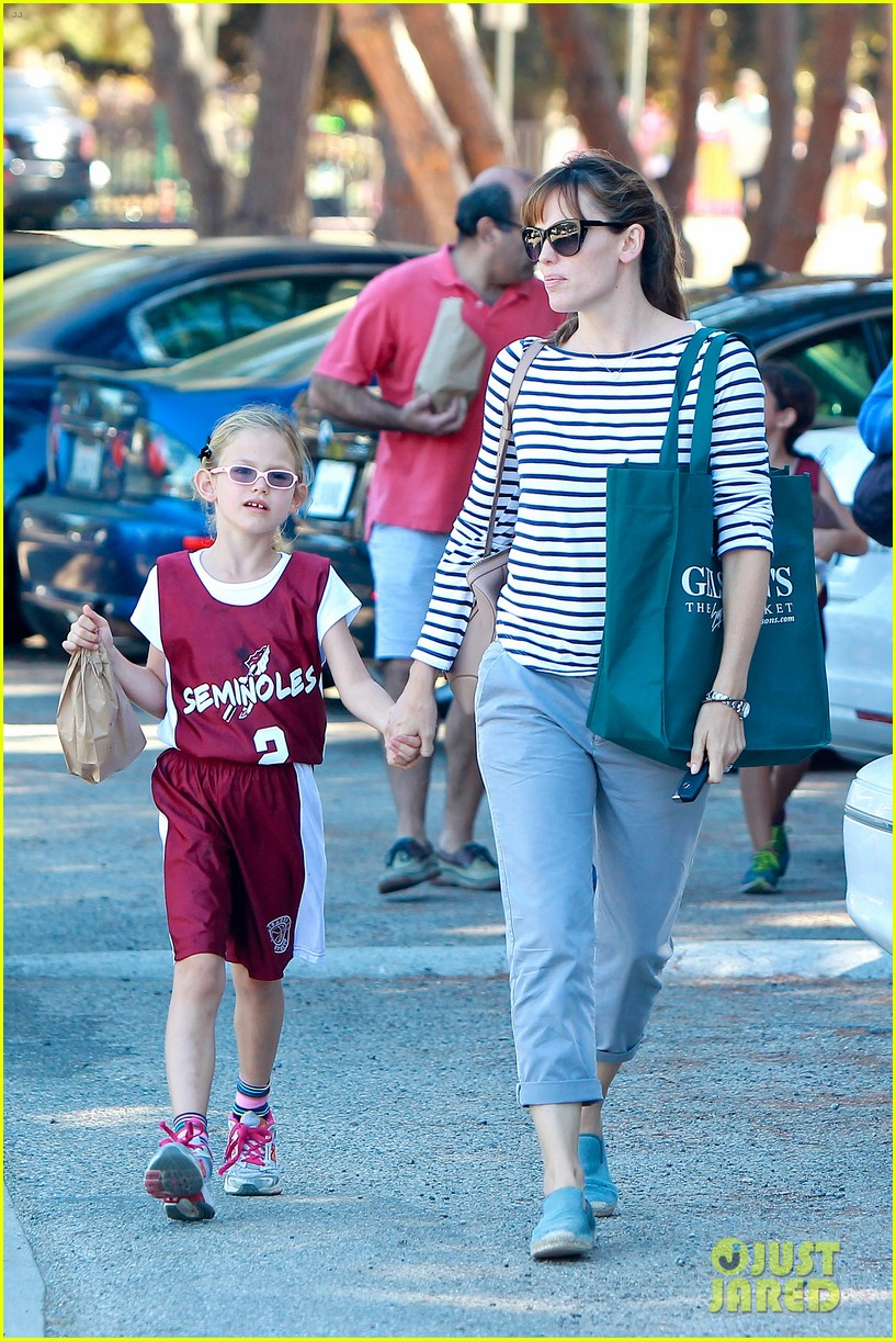 jennifer garner takes violet to her basketball game 37