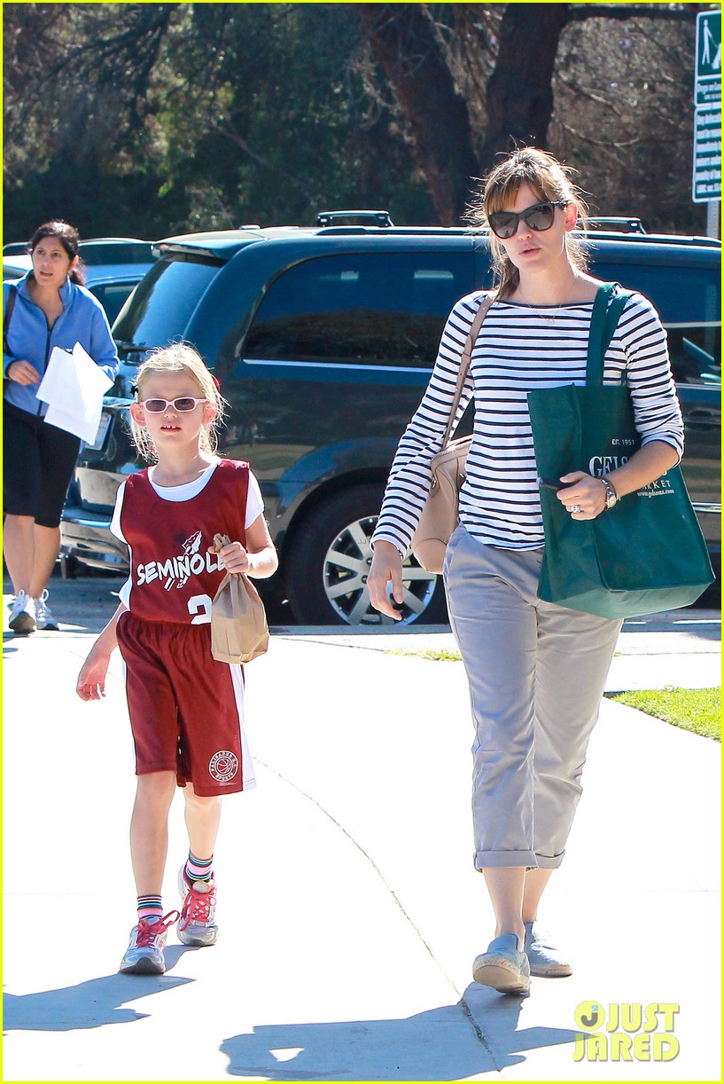 jennifer garner takes violet to her basketball game 442962664
