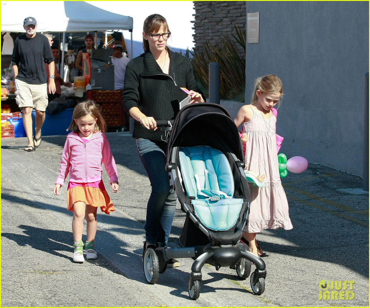 jennifer garner ben affleck mom take kids shopping 102952994