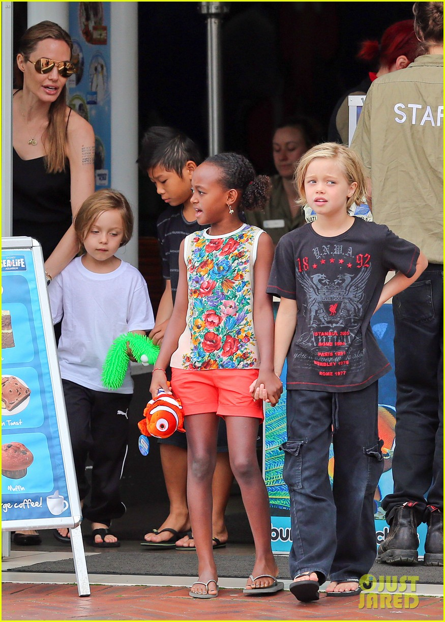 angelina jolie kids visit the sydney aquarium 25