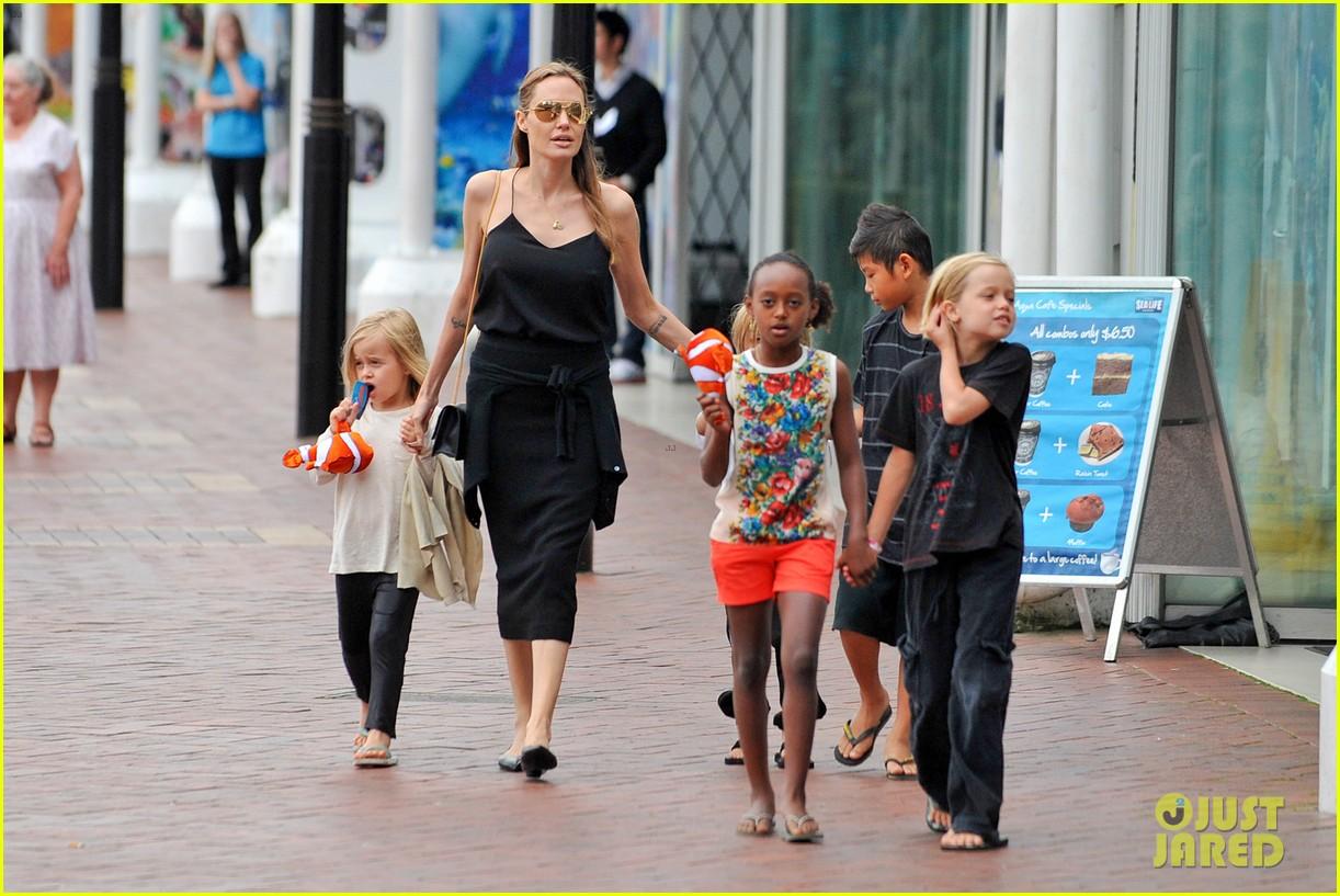angelina jolie kids visit the sydney aquarium 262946315