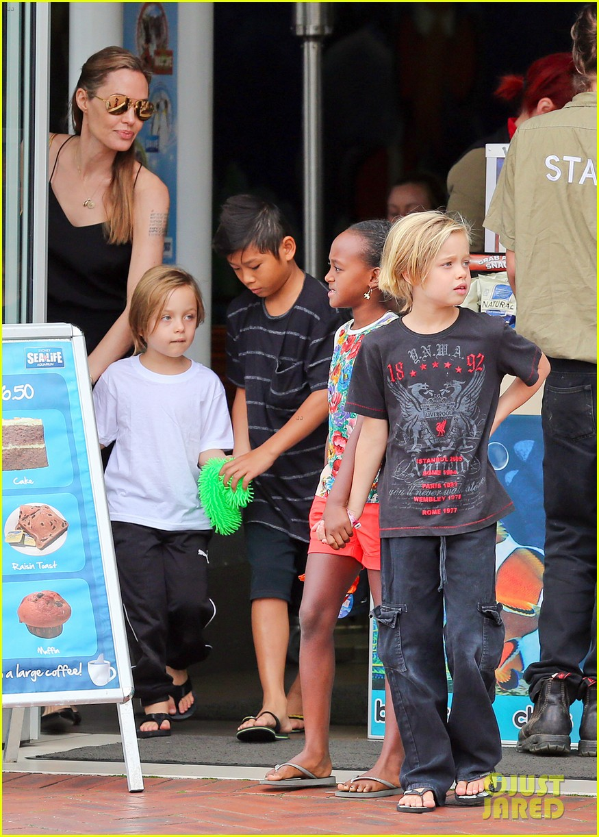angelina jolie kids visit the sydney aquarium 282946317
