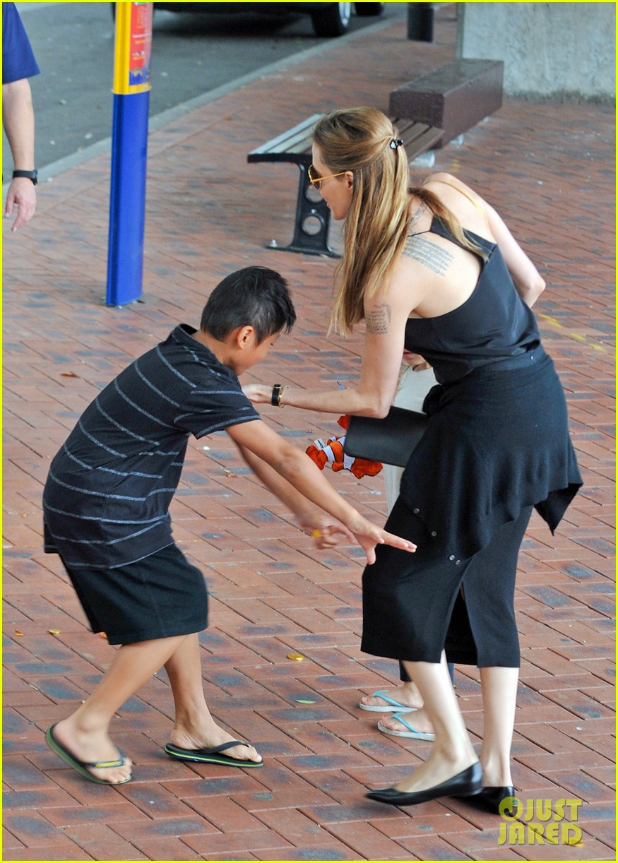 angelina jolie kids visit the sydney aquarium 37