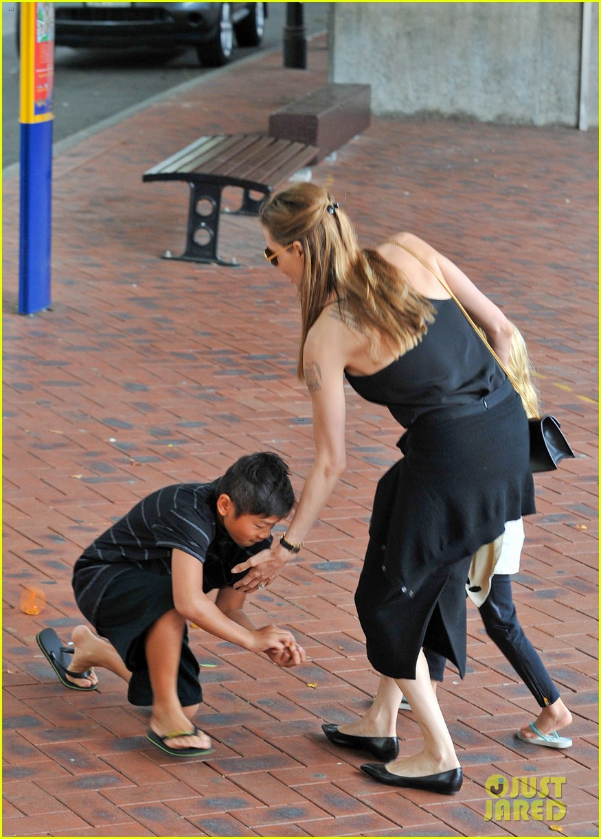 angelina jolie kids visit the sydney aquarium 40