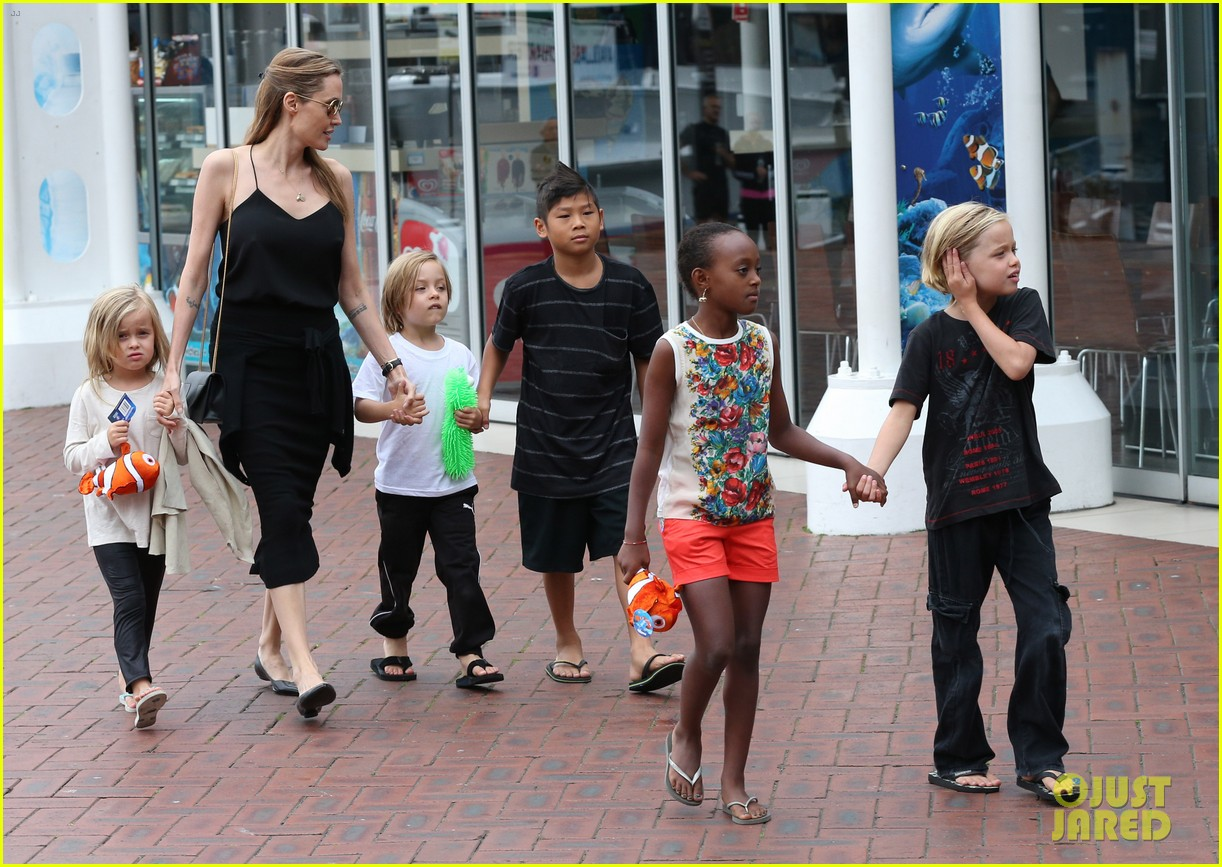 angelina jolie kids visit the sydney aquarium 47