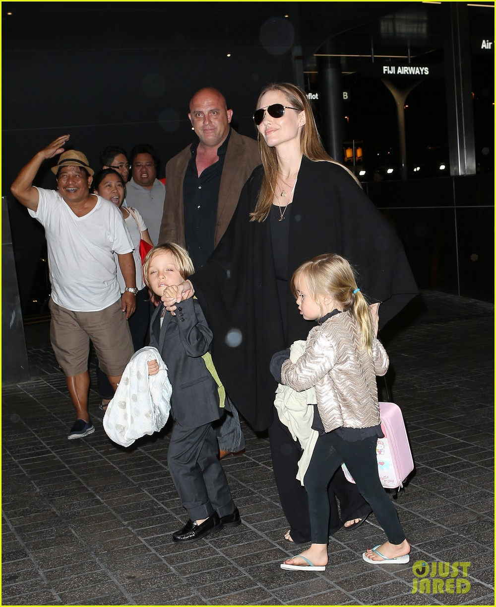 angelina jolie catches a flight with all six kids 17