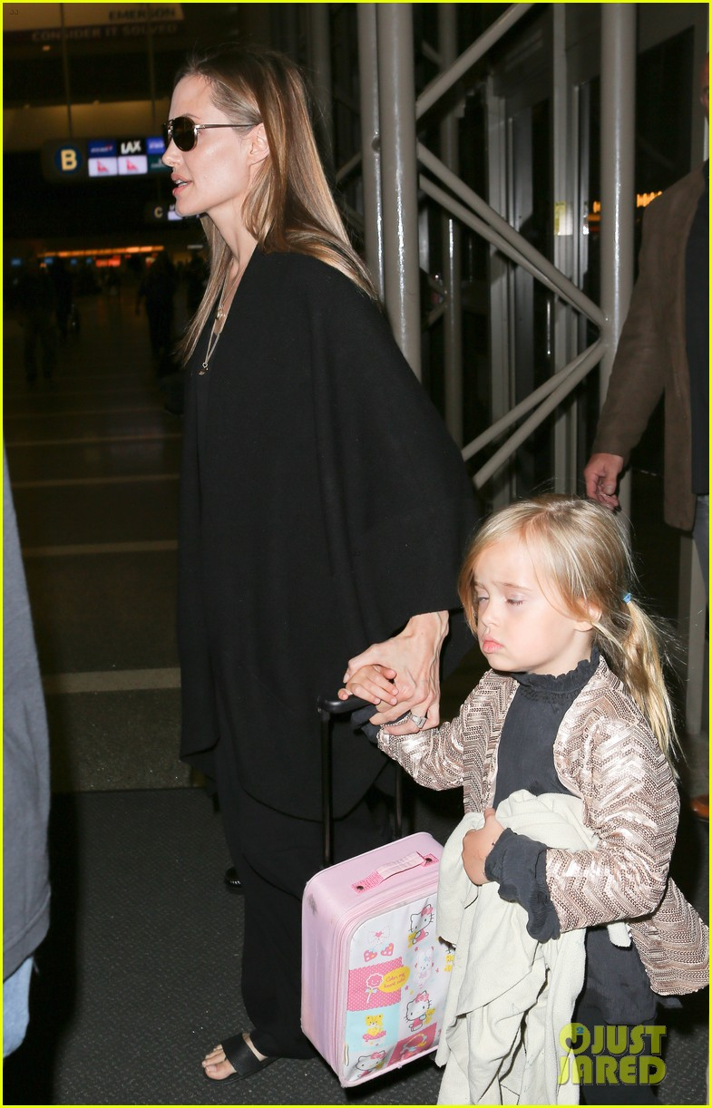 angelina jolie catches a flight with all six kids 21