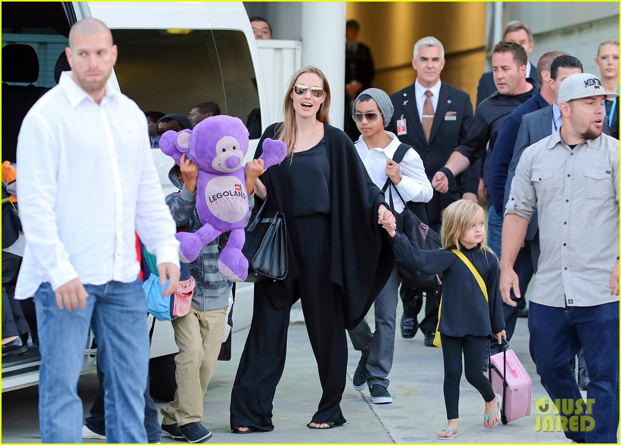 angelina jolie arrives in syd with all six kids 142944997