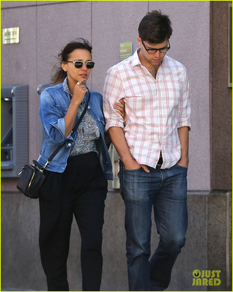 rashida jones walks arm in arm with snl writer colin jost 022945124