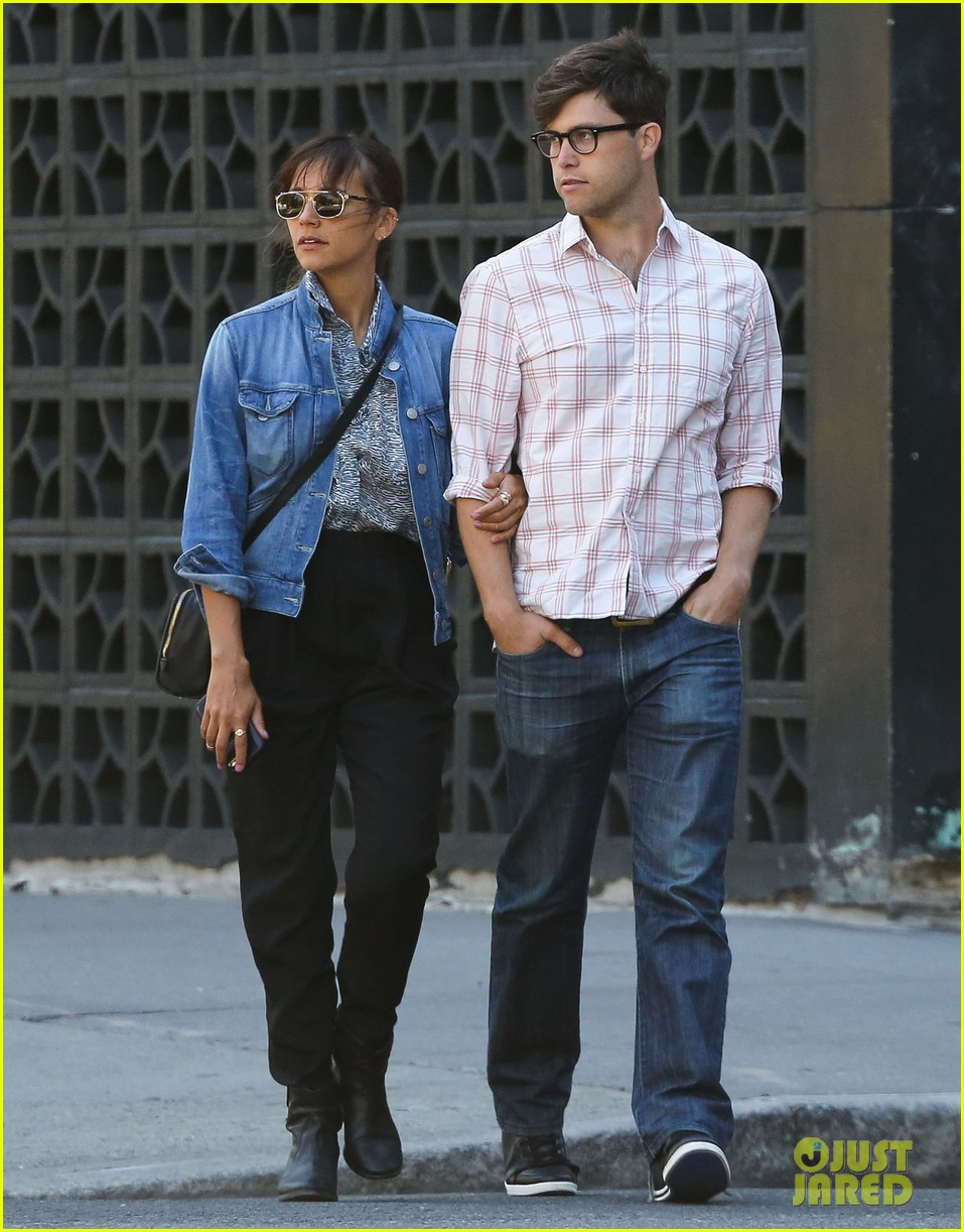 rashida jones walks arm in arm with snl writer colin jost 032945125