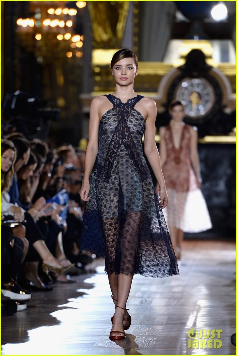 miranda kerr cara delevingne stella mccartney fashion show 172963026
