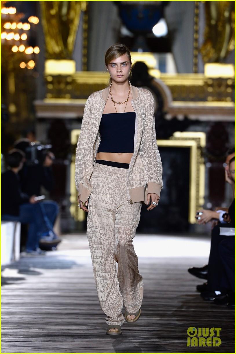 miranda kerr cara delevingne stella mccartney fashion show 28