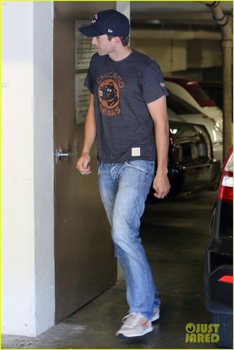 ashton kutcher mila kunis chicago bears twosome 012953310