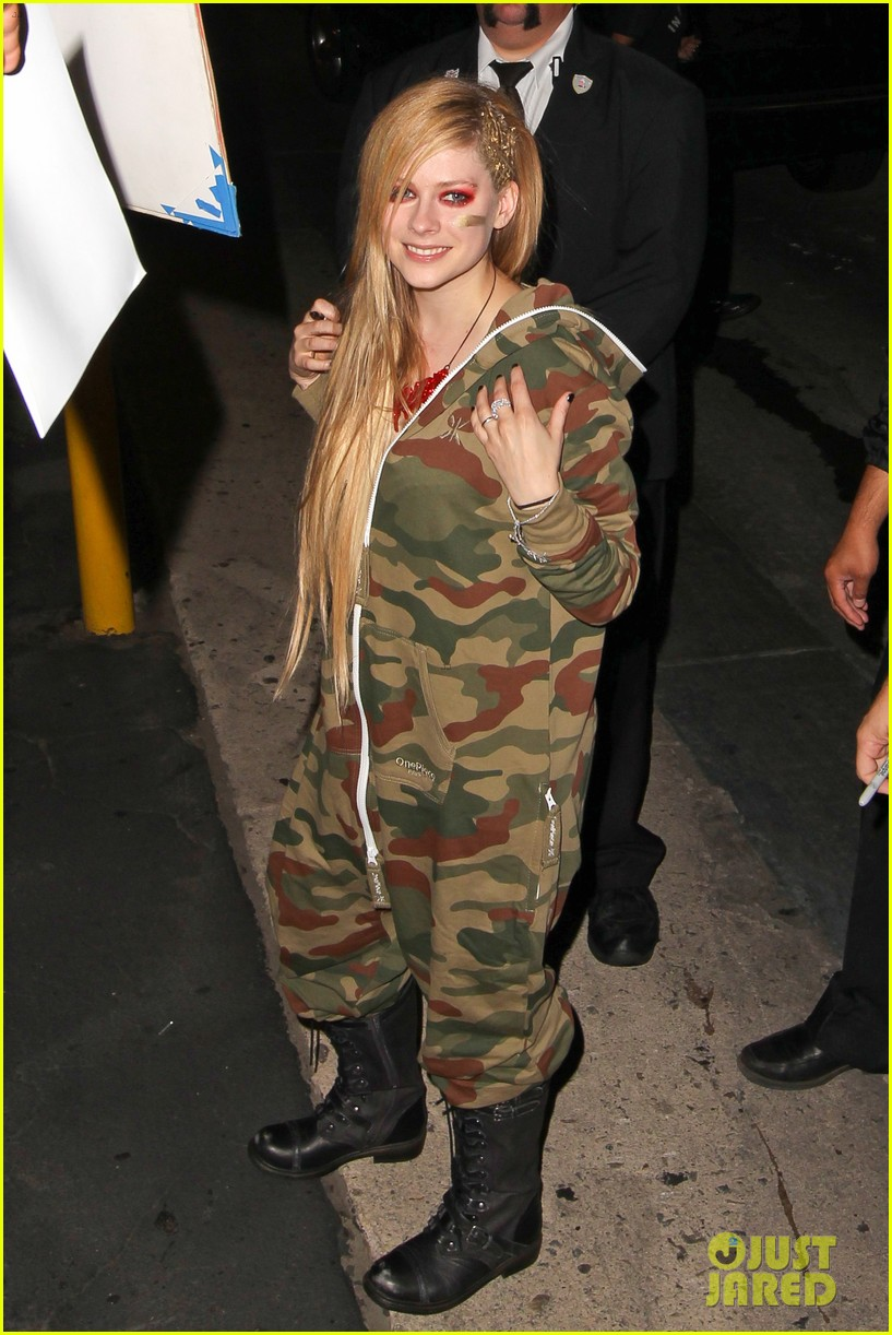 avril lavigne flaunts metal spikes on bra for jimmy kimmel 142955069