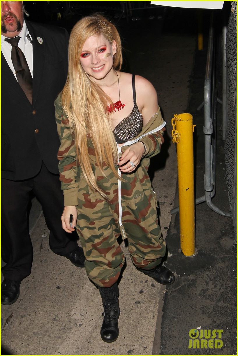 avril lavigne flaunts metal spikes on bra for jimmy kimmel 232955078