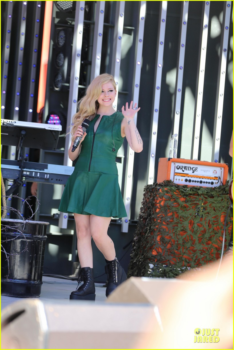 avril lavigne platforms for extra green performance 01