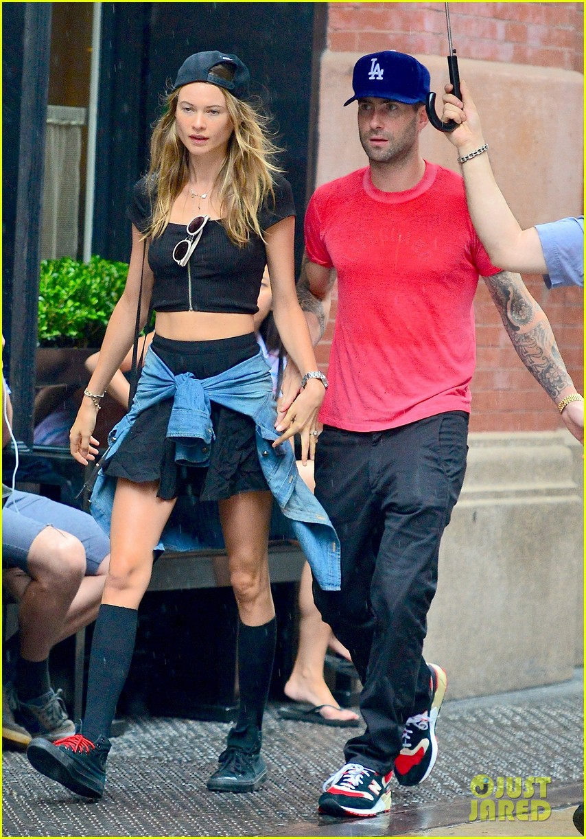 adam levine behati prinsloo hold hands on rainy day 03