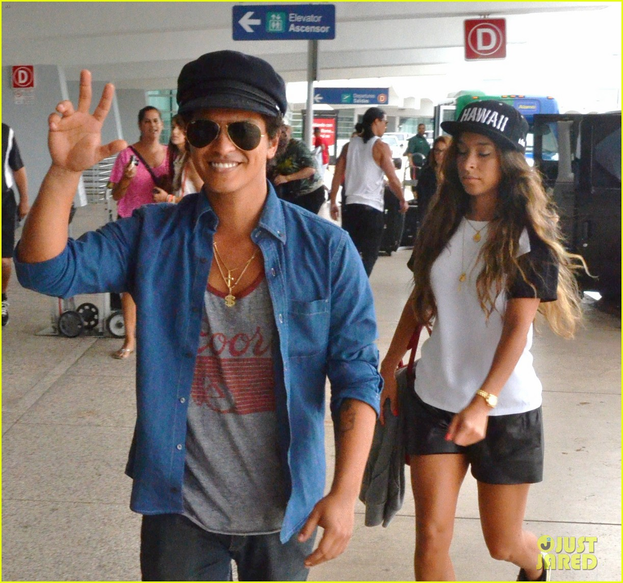 bruno mars girlfriend step out amid super bowl 2014 rumors 01