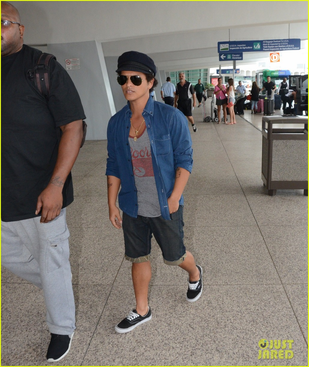 bruno mars girlfriend step out amid super bowl 2014 rumors 02