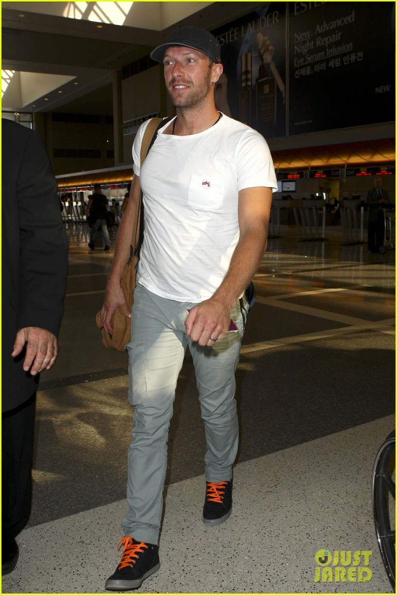 chris martin catches flight out of los angeles 08
