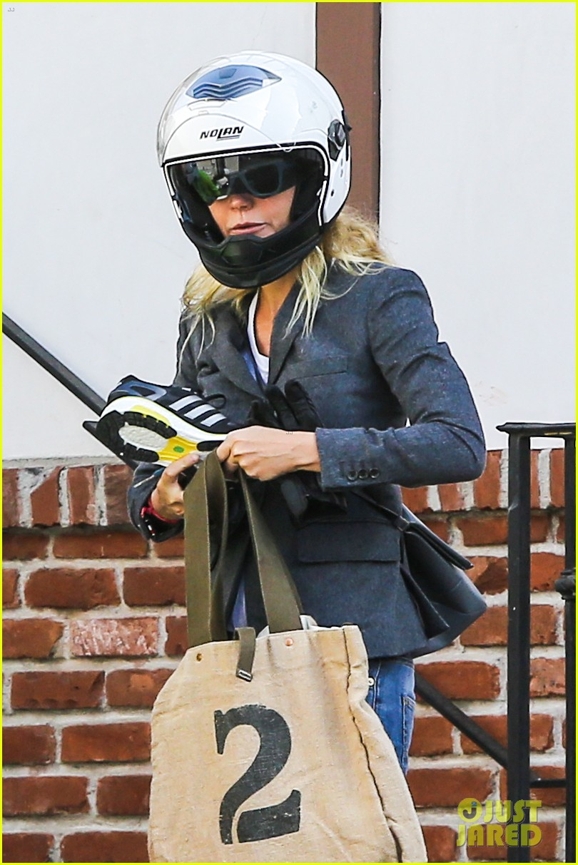 gwyneth paltrow rides her vespa to the gym 06