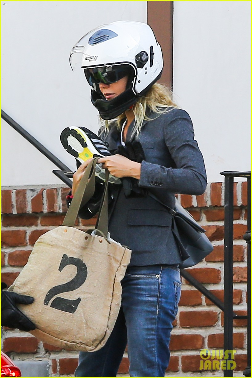 gwyneth paltrow rides her vespa to the gym 09
