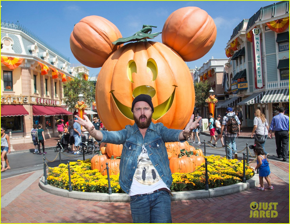 aaron paul visits disneyland breaking bad episode record 02