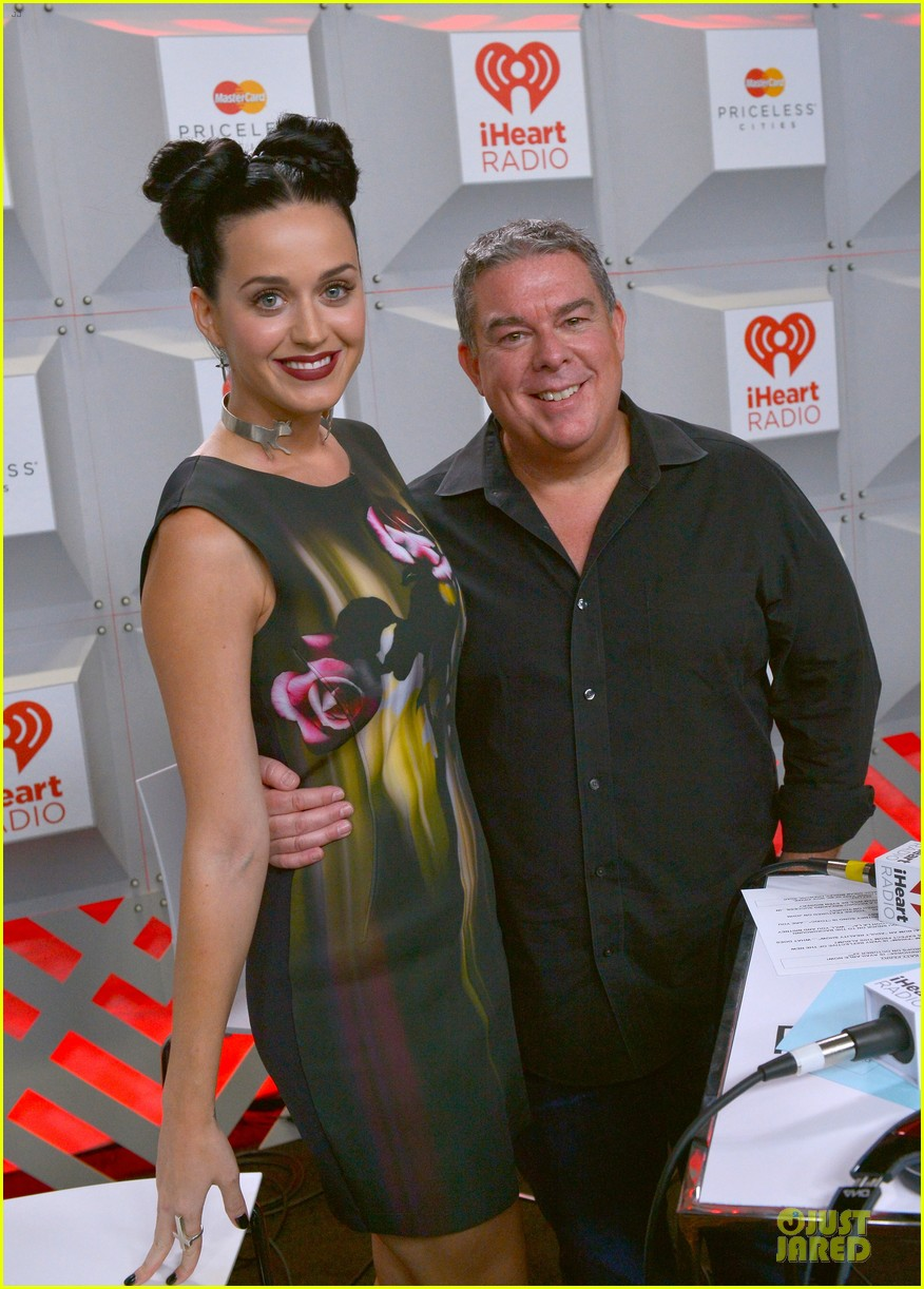 katy perry bares midriff at iheartradio music festival 08