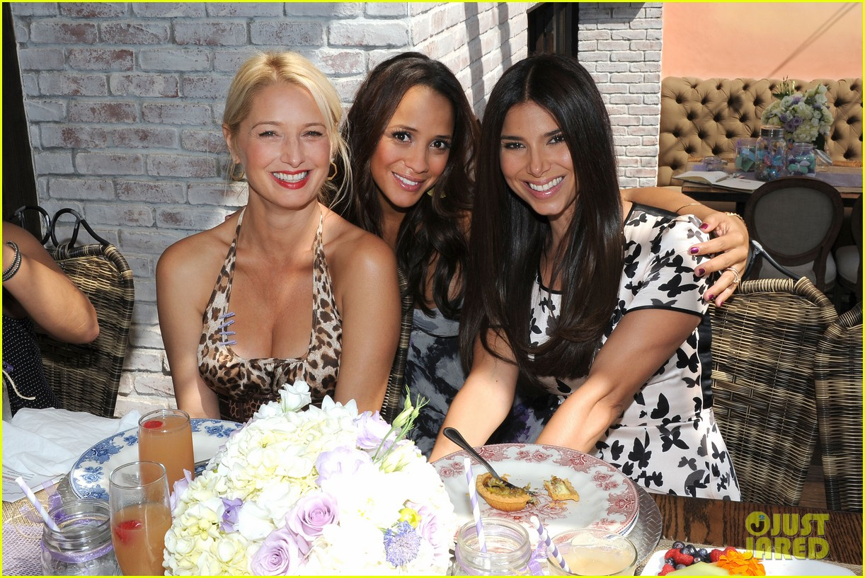 dania ramirez baby shower with devious maids ladies 09