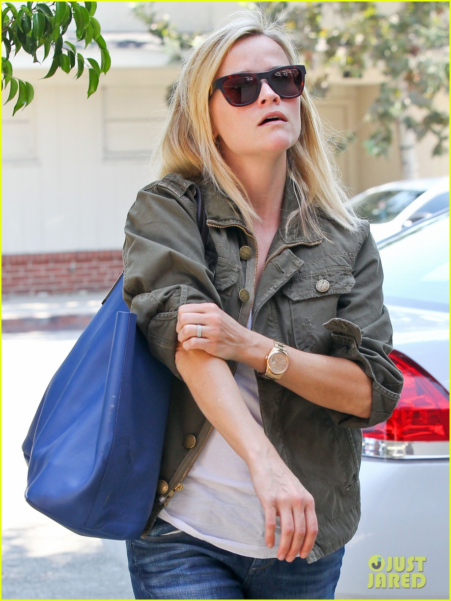 reese witherspoon takes care of business in brentwood 02