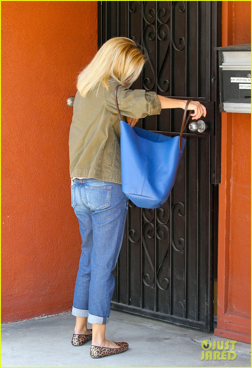 reese witherspoon takes care of business in brentwood 03