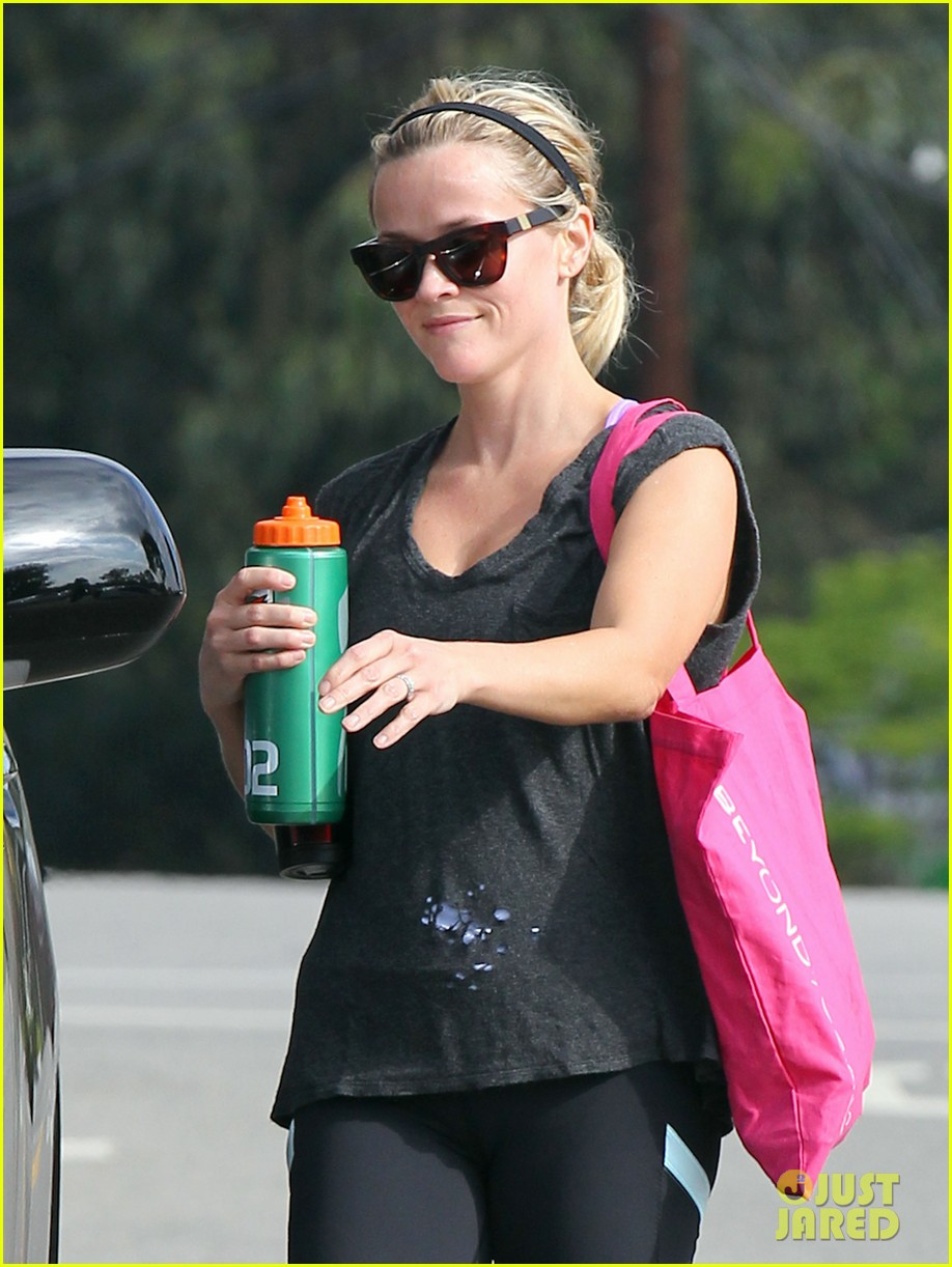reese witherspoon takes care of business in brentwood 04