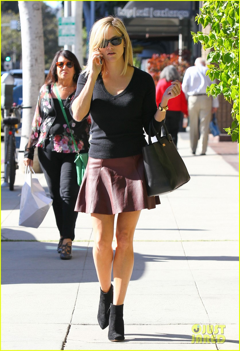 reese witherspoon does outfit change in beverly hills 01