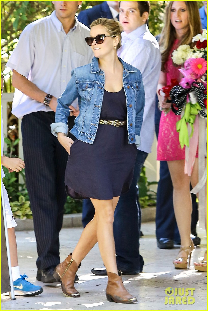 reese witherspoon supports jessica alba the honest company 02