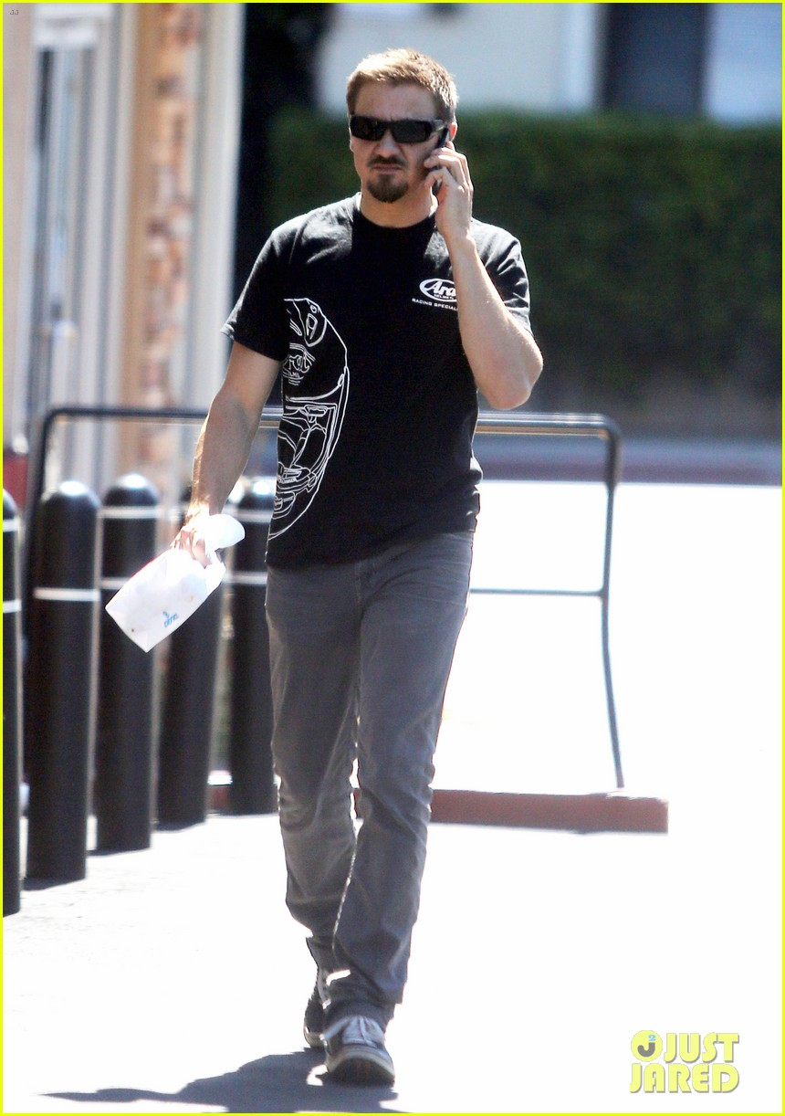 jeremy renner grabs lunch at zankou chicken 10
