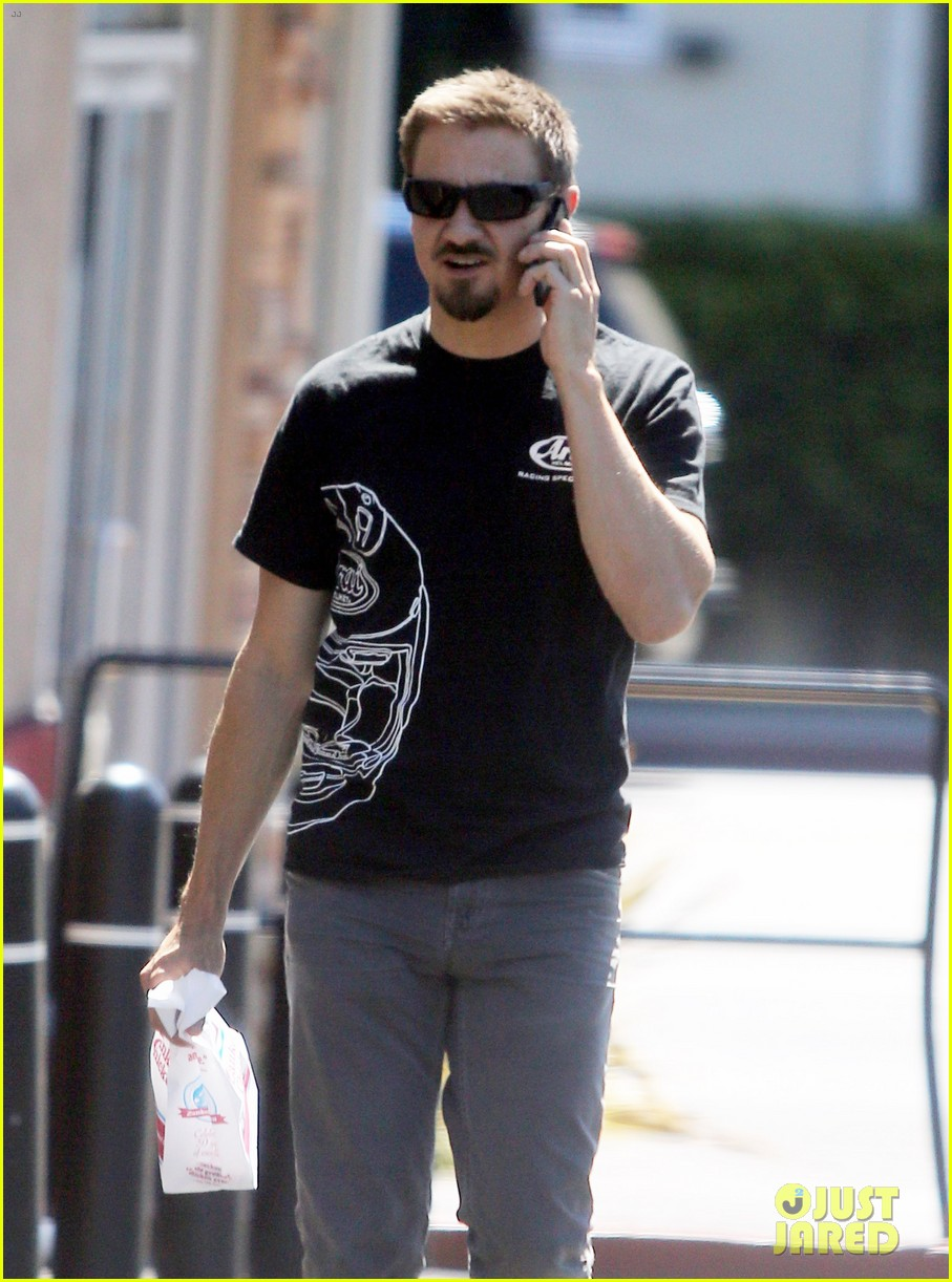 jeremy renner grabs lunch at zankou chicken 11